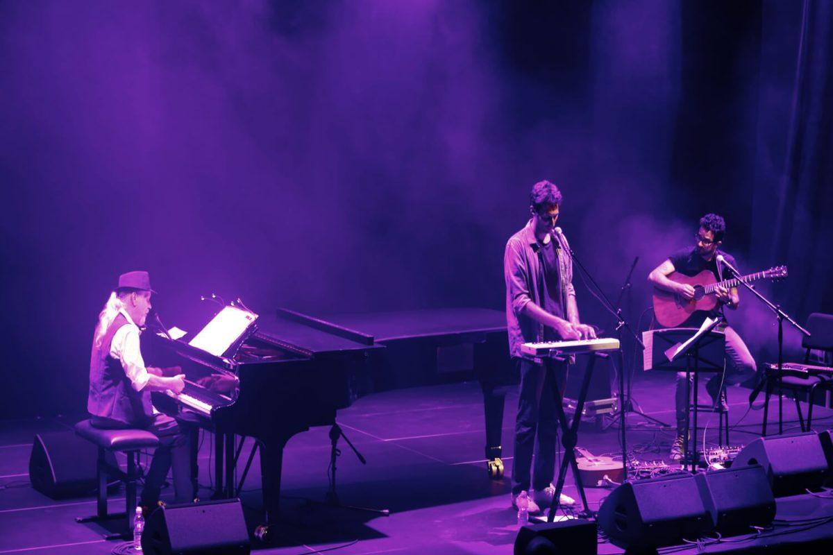 שלמה גרוניך על הפסנתר